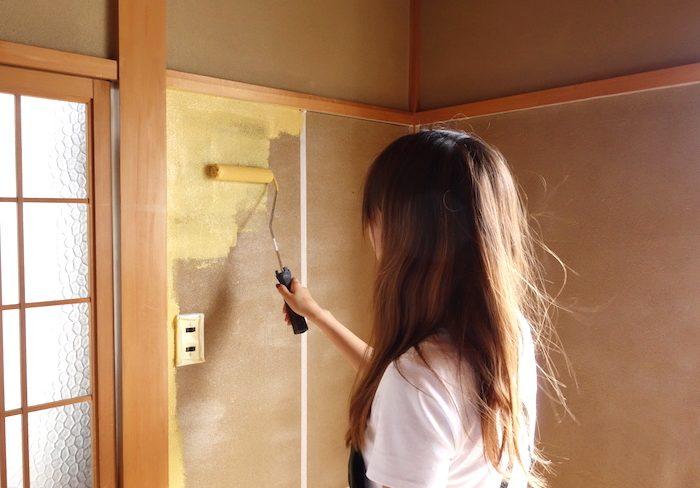 砂壁をDIY「漆喰・塗装・壁紙」の3つの方法を解説!