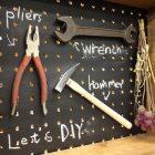 収納DIYに打ってつけ! 有孔ボードの活用術と入手方法、賃貸でも可能な取り付け方