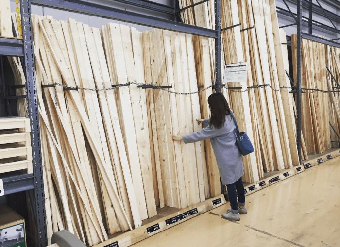 ca78cfb9f51a6 2×4や1×4などの使用頻度の高い木材はホームセンターに置いてあります。しかしスリーバイ材やフォーバイ材は置いているお店が少ないため、取り寄せしてもらうかネット  ...