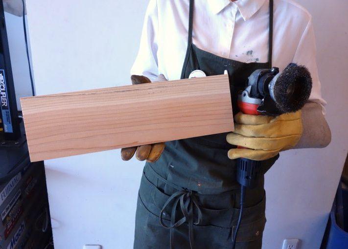 経年劣化なシャビー感!木材を削ってアンティーク風にする方法