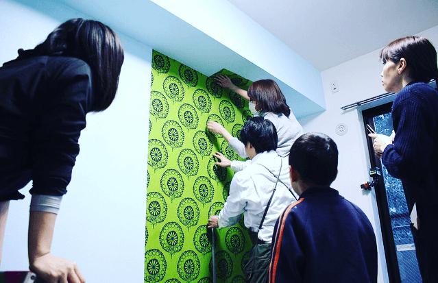 第2弾!実際の部屋で壁DIYを体験してみよう。壁紙貼り編